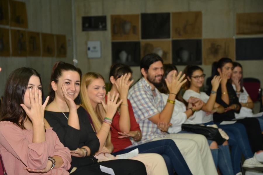 Una Veintena De Estudiantes Aprenden Lengua De Signos En La Casa Del Estudiante