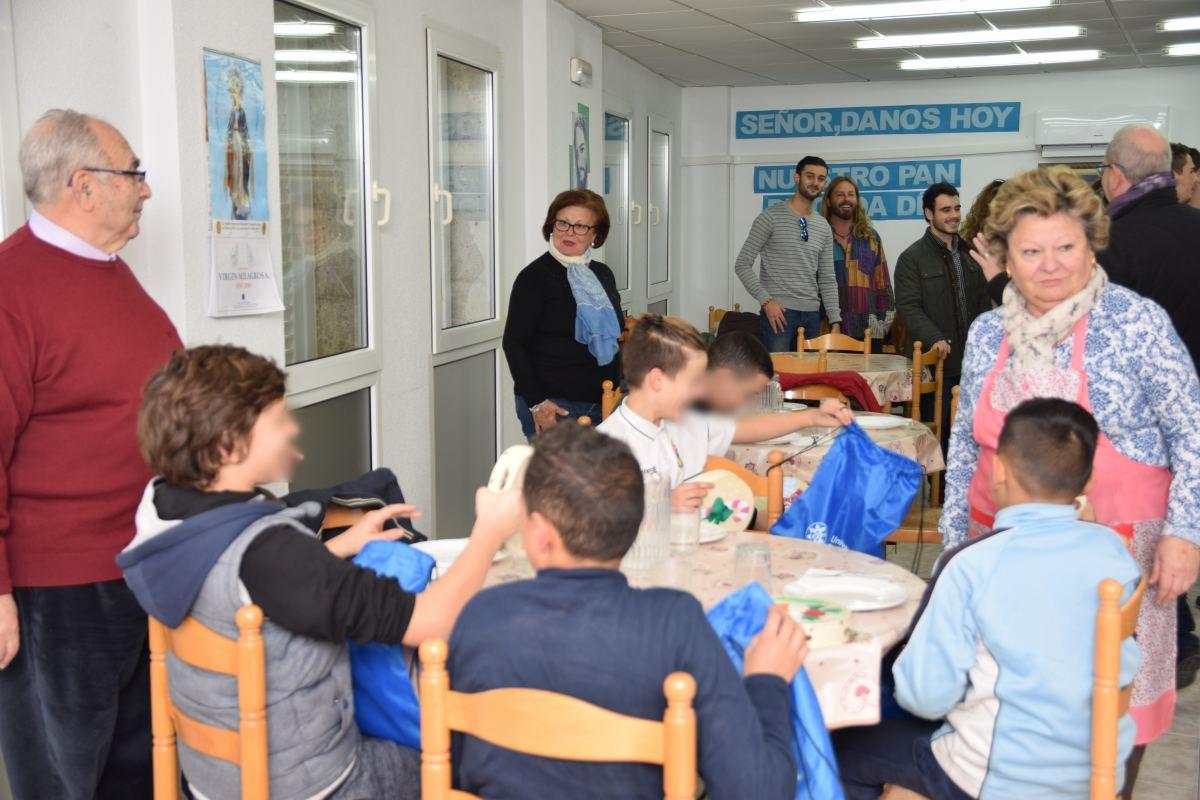 Estudiantes De La UPCT Entregan 43 Panderetas Solidarias Realizadas En La Feria De La Solidaridad